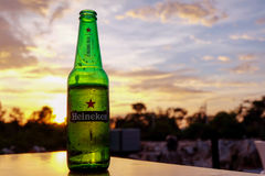 Heineken-de uitgave van de bierstad op de lijst tijdens zonsondergang Royalty-vrije Stock Fotografie