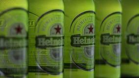 Heineken-flessen op een rij Stock Afbeelding