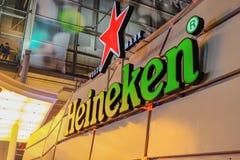 Heineken stångöl framme av det centrala världsvaruhuset, när det nya året har att komma royaltyfri fotografi