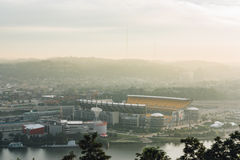 Heinz Field från Mt Washington i Pittsburgh Royaltyfri Bild