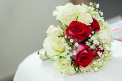 Heirat des Blumenstraußes der roten und weißen Rosen Lizenzfreie Stockfotografie