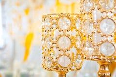 Heirat des verzierten Gelbs mit Geweben und Zusammensetzungen von den frischen Blumen lizenzfreie stockbilder