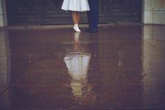 Heirat, die Braut und der Bräutigam auf einem Weg Lizenzfreies Stockbild
