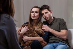 Heirat drücken herein nach Kinderverlust nieder Stockfotos
