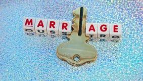Heirat hält den Schlüssel Lizenzfreies Stockfoto