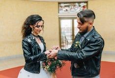 Heirat im Stil des Felsens Rocker- oder Radfahrerhochzeit lizenzfreies stockbild