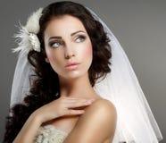 Heirat. Junge leichte ruhige Braut im klassischen weißen Schleier, der weg schaut lizenzfreie stockfotografie