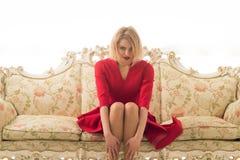 Heiratagentur Frau sitzen an der Heirat-Agentur auf Sofa Heirat-Agenturservices für einzelnes und einsames finden Sie Ihre Liebe  Stockfotos