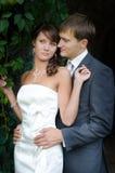 Heiraten Sie frisch den Bräutigam und Braut, die draußen auf ihrem Heiratsda aufwerfen Stockfotografie