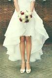 Heiraten Sie, Heirat Braut draußen Brautblumenstrauß in der Straße Stockfoto