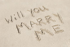 Heiraten Sie mich geschrieben in Sand Lizenzfreie Stockbilder