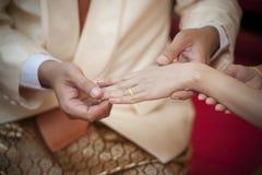 Heiraten Sie mich. Pflegen Sie sich setzen einen Ring auf Finger seiner reizenden Frau Stockfotos