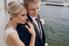 Heiratende blonde Paare Lizenzfreie Stockfotos