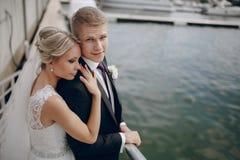 Heiratende blonde Paare Lizenzfreies Stockfoto