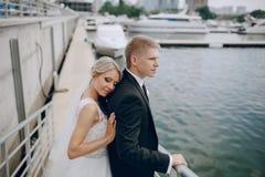 Heiratende blonde Paare Lizenzfreie Stockfotografie