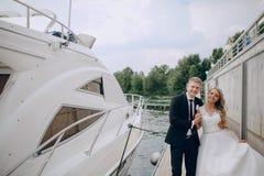Heiratende blonde Paare Lizenzfreie Stockbilder