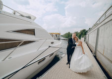 Heiratende blonde Paare Stockbild