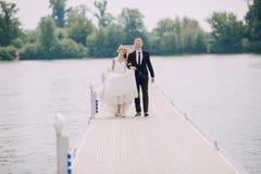 Heiratende blonde Paare Stockfotos