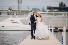Heiratende blonde Paare Stockbilder