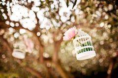 Heiratende Blumendekoration auf dem Baum Stockfotografie