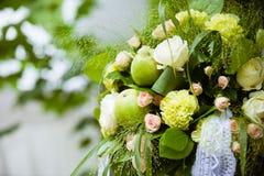 Heiratende Blumendekoration mit Apfel Lizenzfreies Stockfoto