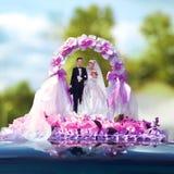 Heiratende Miniaturfigürchen der Braut und des Bräutigams Stockfotografie