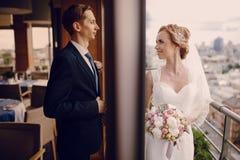 Heiratende schöne blonde Paare im Restaurant Lizenzfreie Stockfotografie