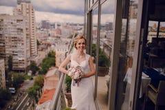 Heiratende schöne blonde Paare im Restaurant Stockbild