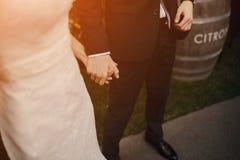 Heiratende schöne blonde Paare im Restaurant Lizenzfreies Stockbild