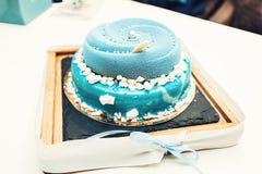 Heiratender blauer Kuchen mit Minibällen auf einem Schreibtisch Stockfoto