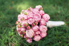 Heiratender Brautblumenstrauß von rosa Rosen Lizenzfreie Stockfotos