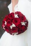 Heiratender Brautblumenstrauß von roten Rosen und von weißen Blumen Stockfotografie