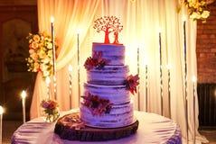 Heiratender festlicher mehrst?ckiger Kuchen im wei?en Ton stockfotos