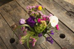 Heiratender rosa Blumenstrauß mit Rosen und Eustoma blüht - perfektes für Heiratsangebot Lizenzfreie Stockfotografie