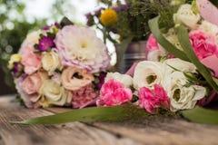 Heiratender rosa Blumenstrauß mit Rosen und Eustoma blüht - perfektes für Heiratsangebot Lizenzfreie Stockbilder