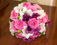 Heiratender schöner Brautblumenstrauß Stockfotografie