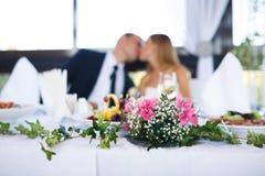 Heiratender spezieller Moment (Fokus auf Blumen) Stockfotografie