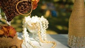 Heiratender unterschiedlicher Dekor, Stroh Draußen Hochzeitszeremonie, Fokus, Nahaufnahme stock video