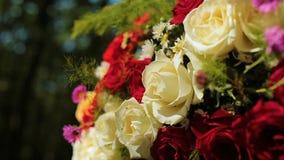Heiratender unterschiedlicher Dekor, Stroh Draußen Hochzeitszeremonie, Fokus, Nahaufnahme stock video footage