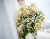 Heiratender weißer Blumenstrauß Lizenzfreies Stockfoto