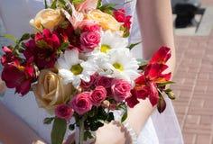 Heiratender weißer Blumenstrauß Stockfotografie
