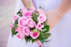 Heiratender weißer Blumenstrauß Lizenzfreies Stockbild