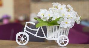 Heiratendes Blumen-boquet auf einem vorbildlichen Fahrrad Lizenzfreies Stockfoto
