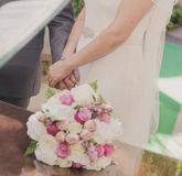 Heiratendes Paarhändchenhalten Stockbild