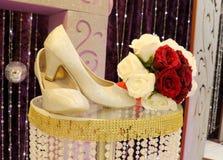 Heirats- rote und weiße Rosen - Hochzeitsfoto Lizenzfreie Stockbilder