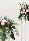 Heiratsblumen- und h?lzernehandgemachte Dekorationen stockfoto