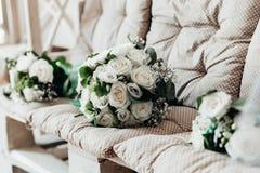 Heiratsblumen- und h?lzernehandgemachte Dekorationen stockbilder