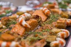 Heiratsbuffet mit Küche-kulinarischem Buffet-Lebensmittel lizenzfreie stockfotografie