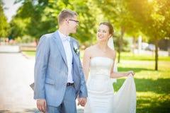 Heiratsgehender Park lizenzfreie stockfotografie