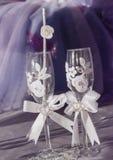 Heiratsglas mit zwei Weiß mit Bändern, künstlichen Blumen und Herzen Lizenzfreie Stockfotografie